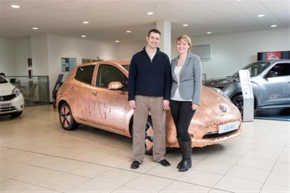 Покрытый монетами Nissan Leaf знаменует 100 000-й рубеж продаж