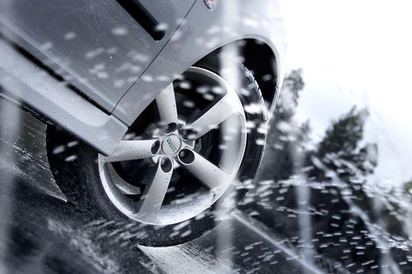 Почему возникает скольжение на мокрой дороге